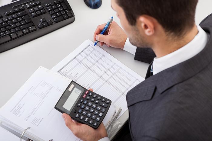 Accountant Working At The Office - Contabilidade em Brasília | Vértice Contadores e Associados S/S Ltda.
